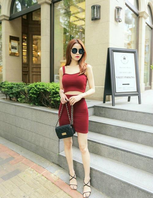 街头红发模特墨镜拽酷吊带红裙露纤细小蛮腰