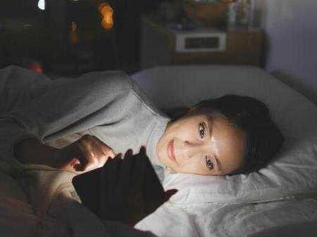 睡觉时,手机放枕边有辐射吗?医生终于给出明确答案