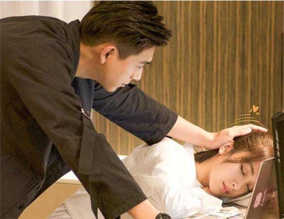 杨紫叉腿跳到李现身上,看到他手的位置:为拍戏牺牲太多!