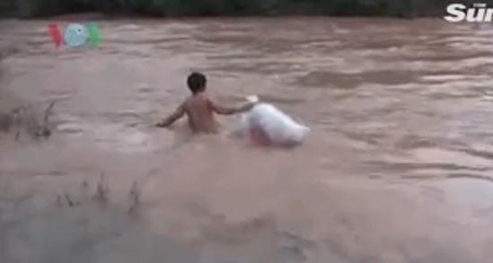 """越南山村学生为渡河上学""""躲进""""塑料袋,村长呼吁尽快建桥"""