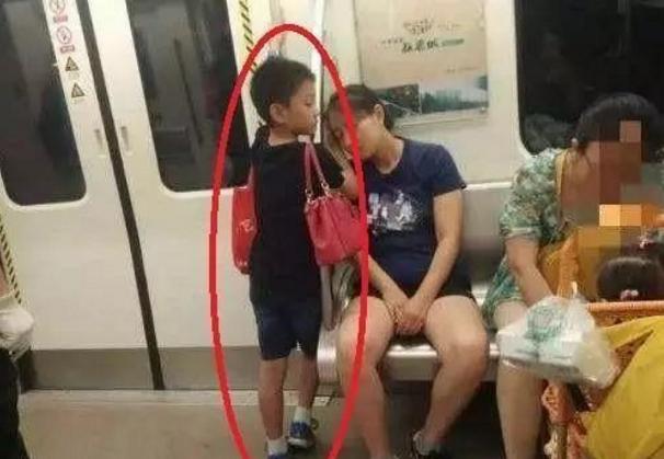 ►爆笑GIF趣图:妈妈的好孩子,这么小就这么懂事,给个赞!