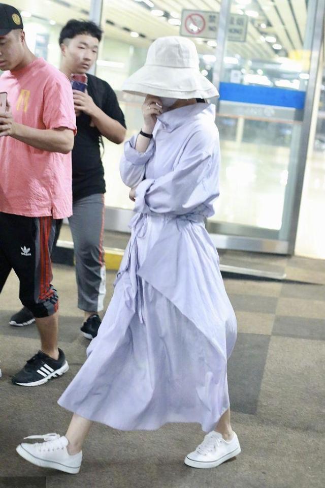 赵丽颖终于现身,穿紫色长裙配大檐帽包裹严实,身材哪像生过娃?