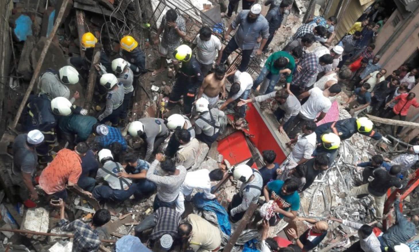 印度突发惨剧:4层楼高百年建筑倒塌,至少12死,数十人被埋