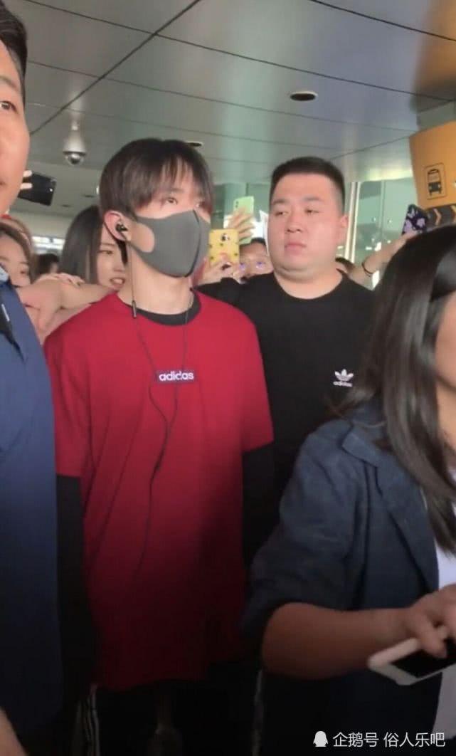 """易烊千玺现身韩国遭人围观,胖虎""""以一敌八"""",网友:真霸气"""
