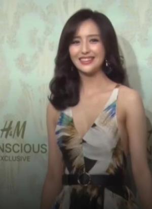 佟丽娅穿漂亮连衣裙出席活动,她的身材比杨幂还好,真的吗?