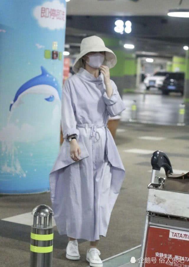赵丽颖现身机场,全身包裹严实,苗条身材依旧清晰可见