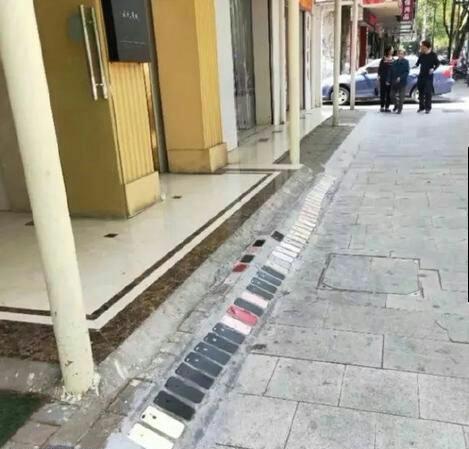 手机铺的路,这条路应该挺贵啊