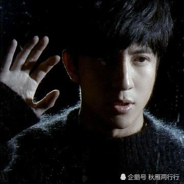 为何薛之谦从不画浓妆,看到他烟熏妆照片,网友:给坤坤留点面子