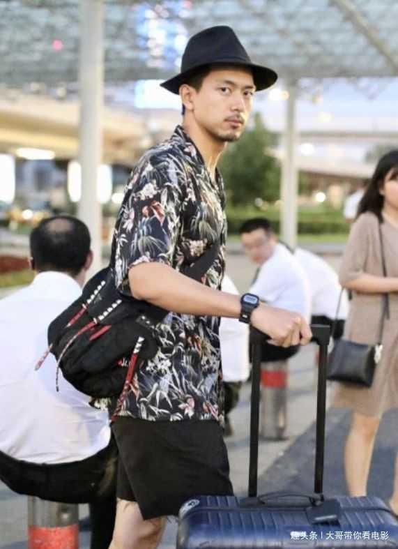 """李现机场未修图流出,有谁主要到他的""""牛仔裤""""?网友:脱线了!"""