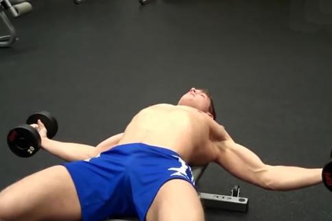 哑铃仰卧飞鸟锻炼方法介绍 小心你的不规范动作