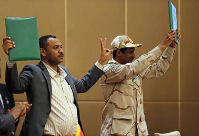 """苏丹军方与反对派签署""""宪法宣言""""首份协议,向文官政府移交权力"""