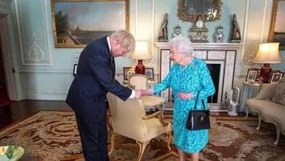 孙海潮:英国没人了,要请女王收拾残局?