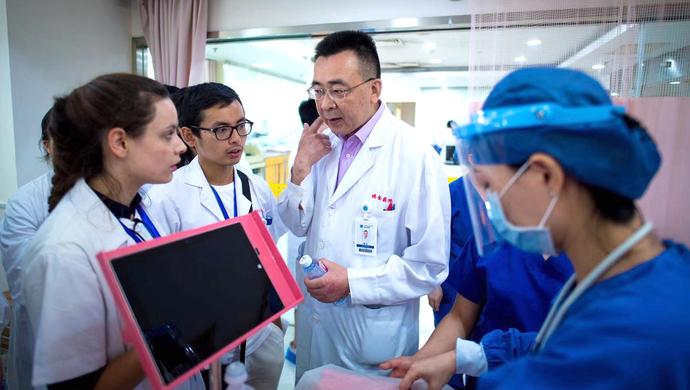 """【视频】中法医学生首次共同""""探营""""瑞金医院:为什么这里总有说法语的医生?"""