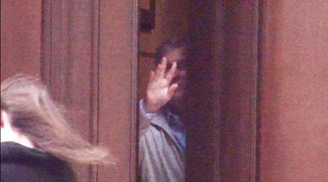 英媒曝光安德鲁王子曾现身爱泼斯坦豪宅,与年轻女子挥手道别