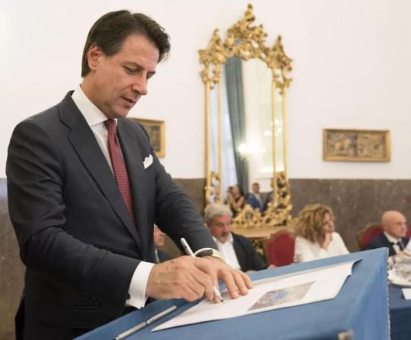 """在""""恨欧盟""""这件事上,执政联盟闹崩了!意大利人:求求你们别闹了"""