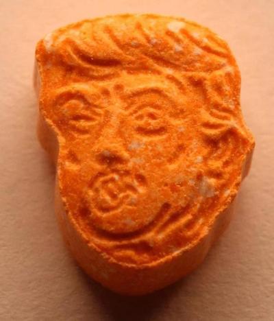 """纽扣大小特朗普""""饼干""""是摇头丸,精致小巧,网友:总统很受欢迎"""