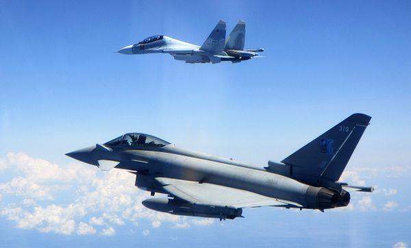 """英军""""台风""""战机在波罗的海拦截俄军苏-30"""