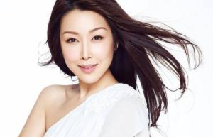 她是歌手孙悦,在自己事业最好时嫁给了富豪老公,如今依旧有魅力