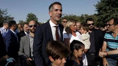 雅典新市长宣誓就职,年轻帅哥续写家族传奇!