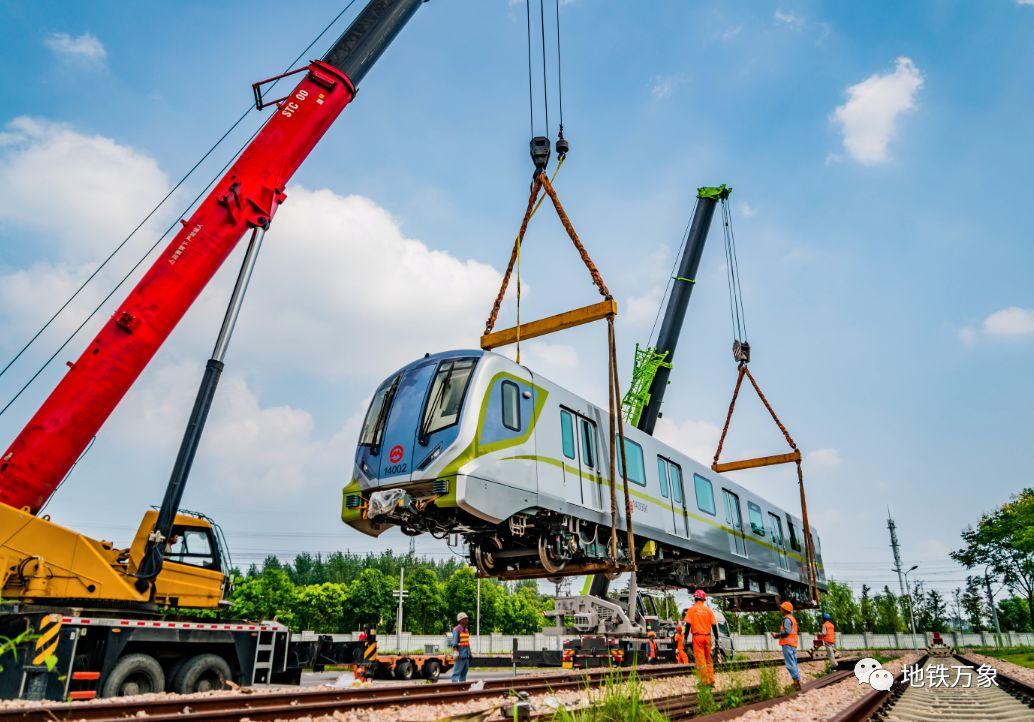 """""""孔雀蓝""""还是""""Tiffany蓝""""?14号线首列新车抵沪,一次可多运800名乘客"""