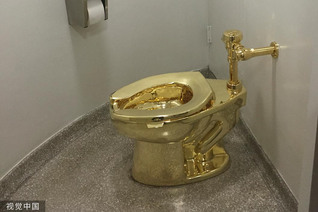 """价值400万美元的黄金马桶""""美国""""在英展出时被盗,曾被推荐借给白宫"""