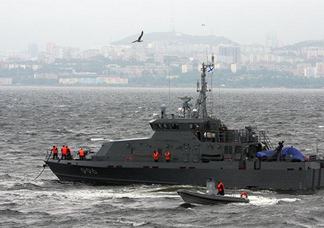 """俄罗斯第四艘用于保护刻赤海峡安全的""""白嘴鸦雏""""级反破坏艇在雷宾斯克市下水"""