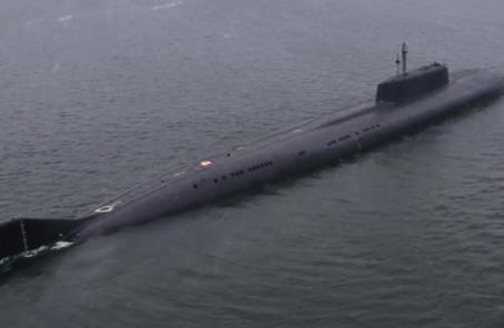 """""""航母杀手""""亮剑!俄核潜艇试射反舰导弹 靶舰腾起大火"""