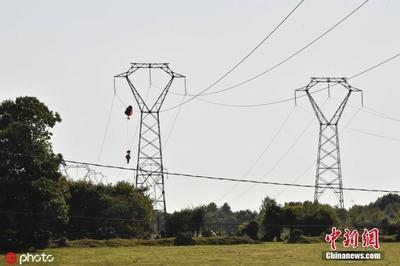 比利时战机在法国境内坠毁 飞行员受困高压电线