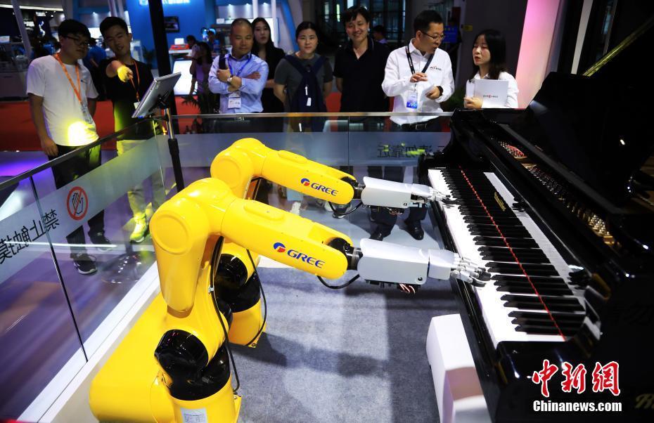 """工博会:""""机器人钢琴师""""吸引观众"""