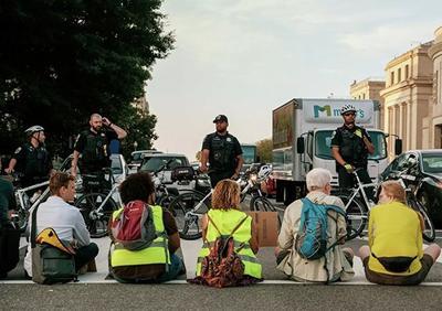 华盛顿警方在抗议气候变化集会期间拘捕30余名积极分子