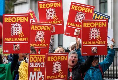 """英国最高院全票推翻首相提请议会""""休会""""决定,""""脱欧""""战火引燃英宪政危机"""