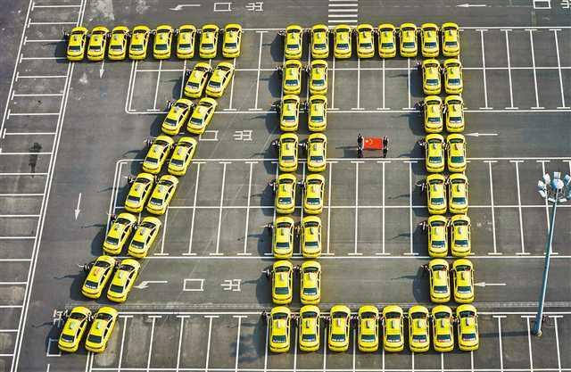 喜迎国庆 重庆15000辆出租车张贴国旗