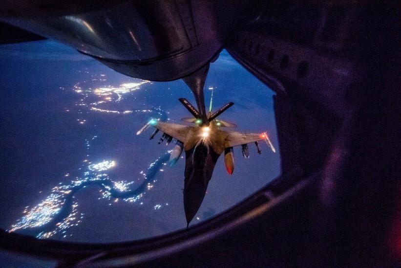 战斗机在夜间空中加油难吗?为什么?