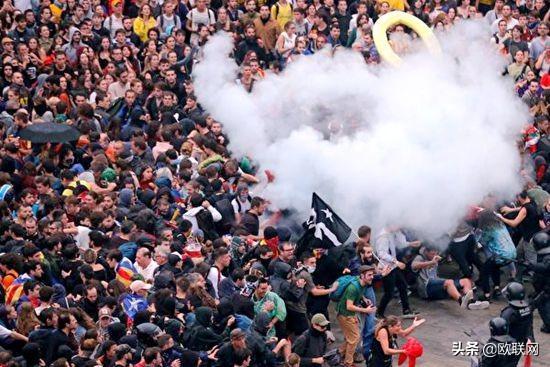巴塞罗那爆发警民冲突致75伤 逾百架次航班取消