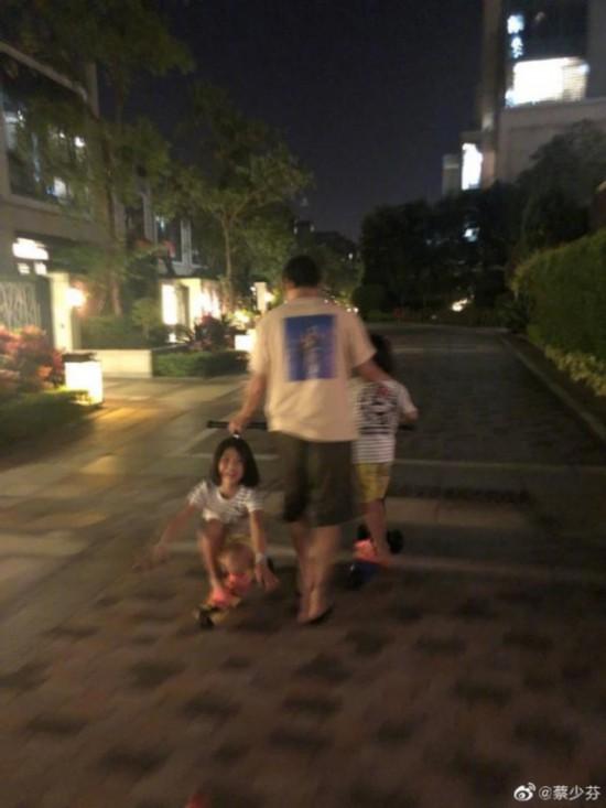 蔡少芬晒张晋陪女儿玩耍照片 画面十分温馨!