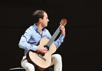 """法国吉他演奏家拨响""""城市之音"""""""