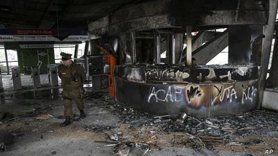 地铁涨了3毛钱,智利数百高中生冲进地铁站放火,总统紧急作出回应