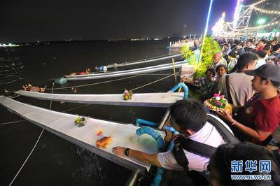 泰国民众庆祝水灯节