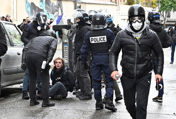 """设路障、烧汽车、砸店铺……""""黄马甲""""再闹事 巴黎警方逮捕百人"""