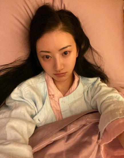 景甜晒生病卧床照 素颜出镜状态欠佳引人心疼