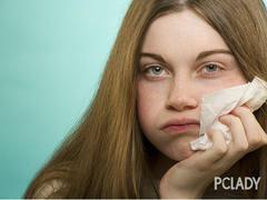 皮肤过敏痒止痒可使用酸性洁面品、不含酒精的爽肤水
