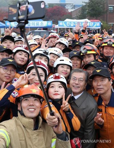 韩国总统文在寅兑现竞选承诺明年4月起将消防员纳入国家编制