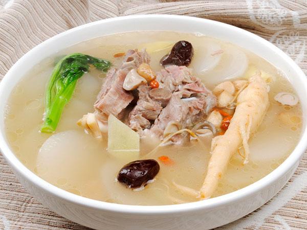 人参羊肉火锅的做法:羊肉切小块放入人身高汤中