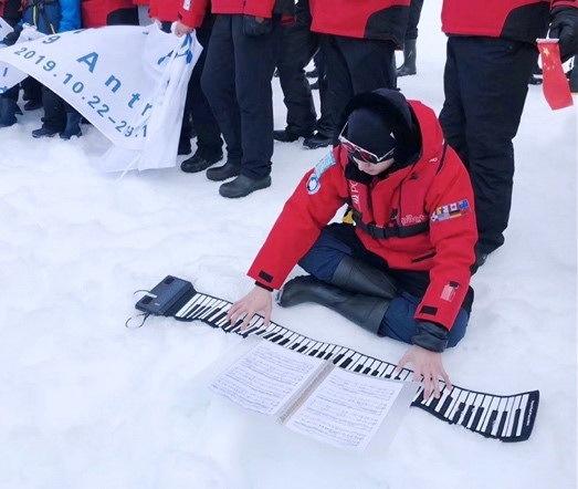 """钢琴家张浩天为""""我们想要的世界""""低碳行奏响艺术音符"""