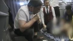 医生用嘴吸尿救人 万米高空!医生为救乘客用嘴吸出800毫升尿,网友点赞医者仁心