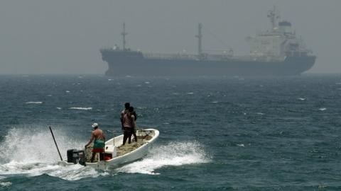 经霍尔木兹海峡美航母进入海湾水域