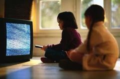 接触电视过多影响成绩?屏幕前呆时间长,影响孩子语言和读写能力