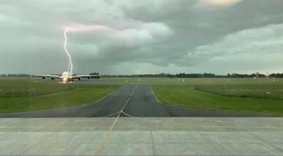 新西兰基督城国际机场 一架客机被闪电击中