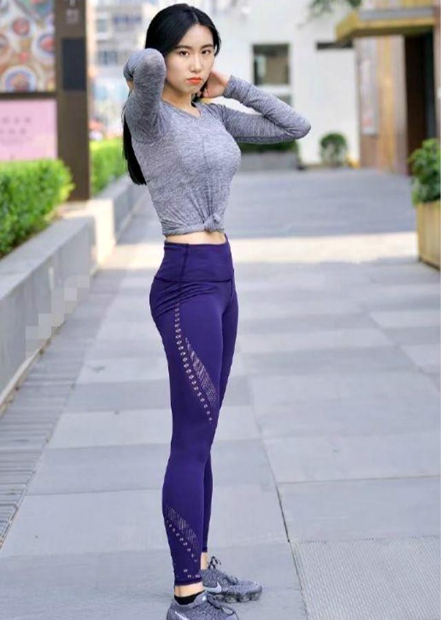 街拍:不一样的打底裤小姐姐,展现迷人靓丽,更有一种女神气质