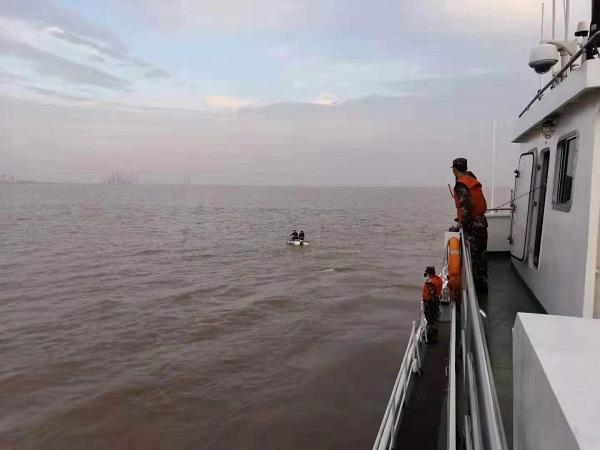 差点有去无回!两工人坐简易船出海无法靠岸 海警迅速施救